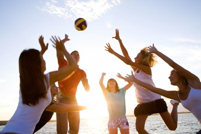 Erwachsene Menschen spielen Ball um die Reaktionszeit zu verbessern