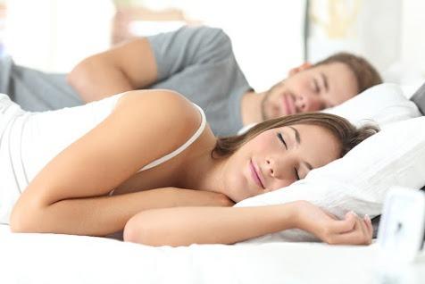 Ein Mann un deine Frau liegen im Bett und schlafen