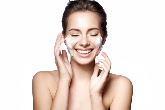 Eine Frau reinigt ihre Haut
