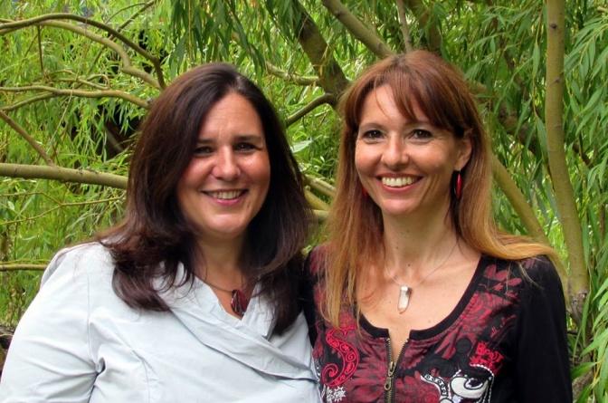Renata Proske und Eva Buttazzoni (Gründer der Energetiker Akademie) stehen nebeneinander
