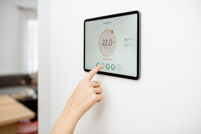 Eine Frau will richtig heizen und reguliert die Temperatur