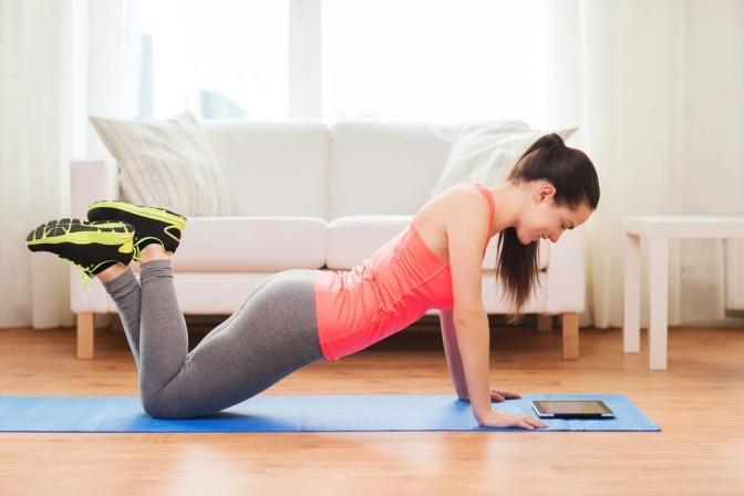 Eine Frau will richtig trainieren, zuhause und in Ruhe