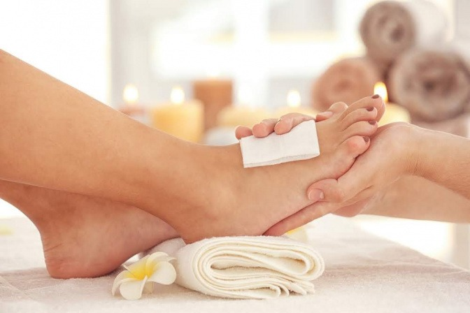 Rissige Fersen, was hilft dagegen? Das Bild zeigt eine Beauty-Behandlung für die Füße in einem Kosmetiksalon.