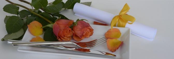 Rosen und eine Gabel liegen auf einem Teller
