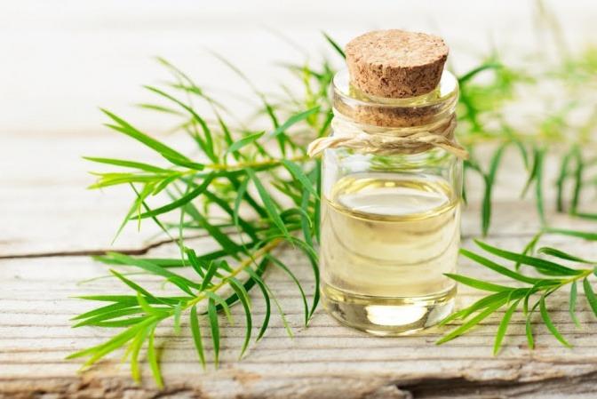 Ätherische Öle wie Lavendel oder Rosmarin können ebenfalls bei Kopfschmerzen helfen.