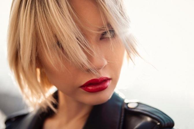 Eine Frau hat rote Lippen, die Lust signalisieren