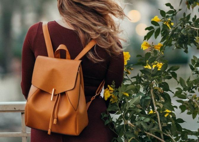 Eine Frau trägt einen Rucksack