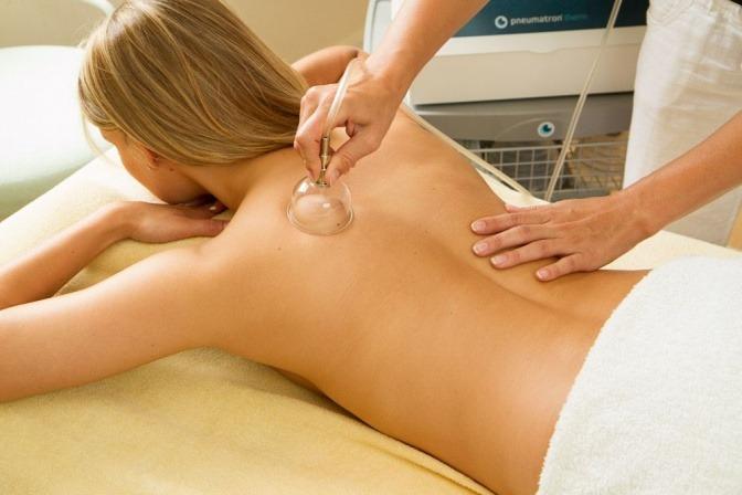 Pneumatische Pulsationsmassage wird bei Rückenschmerzen angewandt