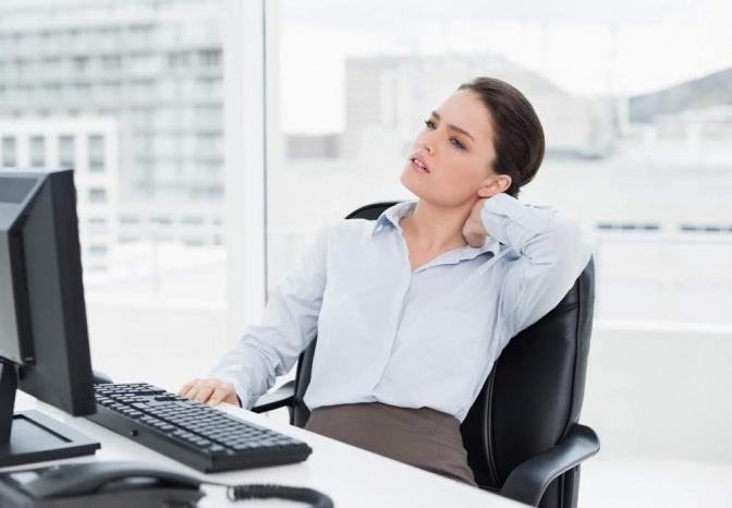 Eine Frau hat Rückenschmerzen durch verklebte Faszien