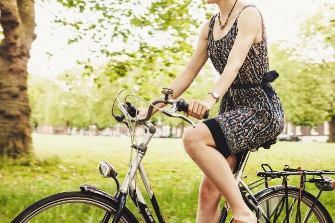Ältere Dame fährt Fahrrad