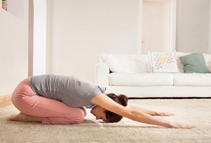 Eine Frau macht eine Rückenübung