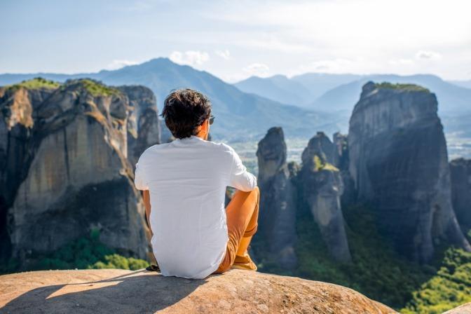 Ein Mann ist in den Bergen für Rückzug und Entspannung