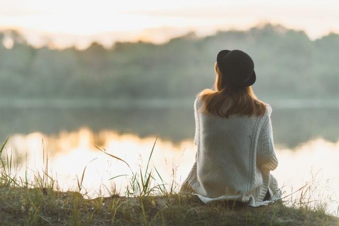 Eine Frau hat Zeit und Ruhe