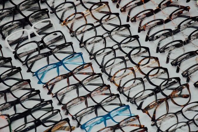 Auswahl an vielen unterschiedlichen Brillenmodellen