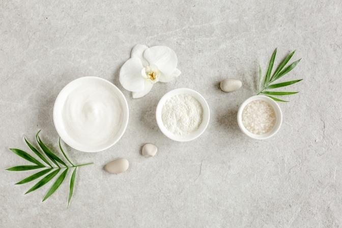 Schälchen mit Salz in verschiedenen Körnungen