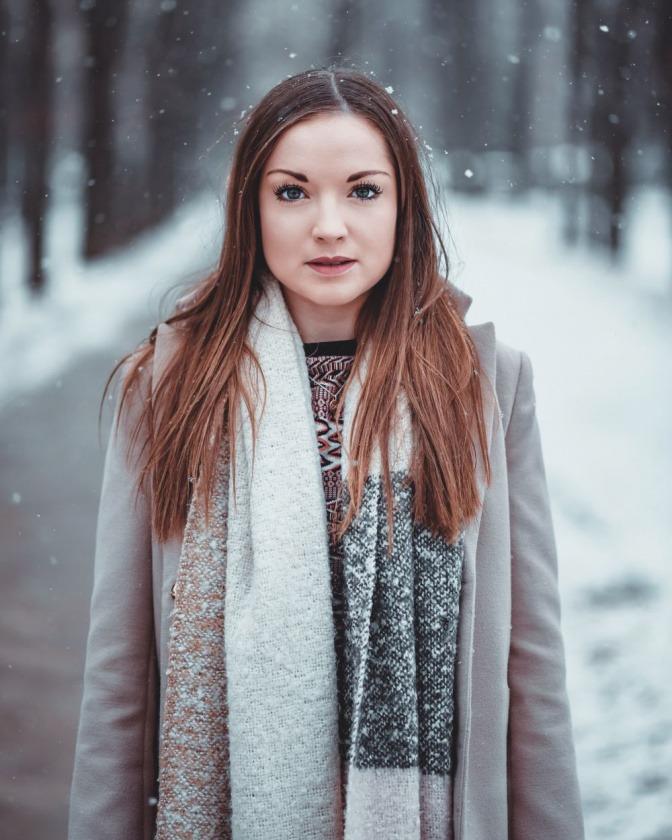Eine Frau hat einen Schal einfach um den Hals gebunden