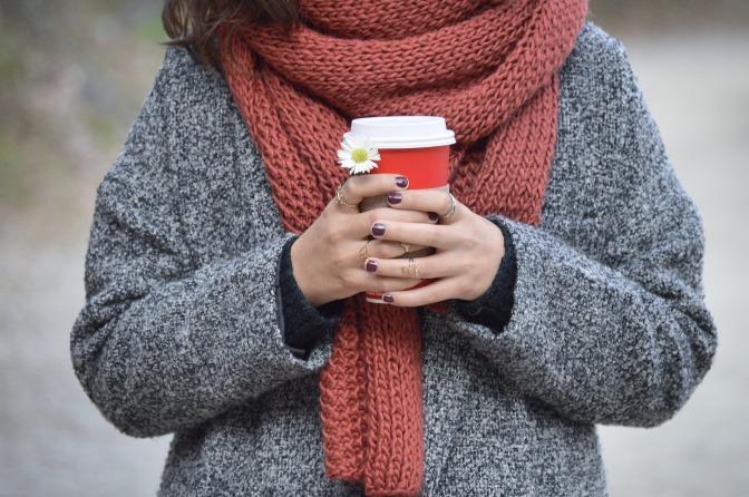 Frau mit Schal und Kaffee