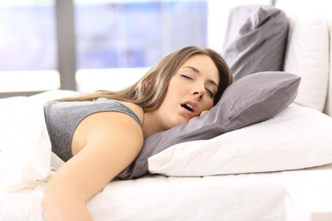 Eine Frau schläft mit offenem Mund