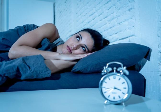 Eine Frau hat Schlafprobleme durch geopathische Störzonen
