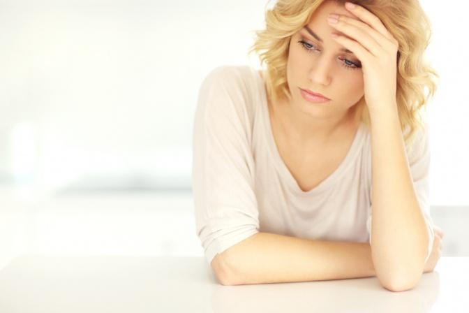 Eine Frau ist müde wegen Schlafstörungen