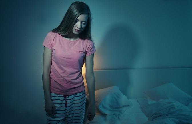 Eine erwachsene Frau ist beim Schlafwandeln