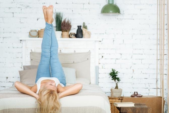 entspannte Frau auf einem Bett