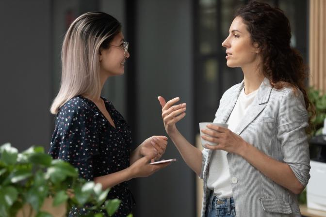 Eine Frau diskutiert leidenschaftlich