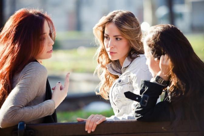 Drei Frauen reden auf einer Bank