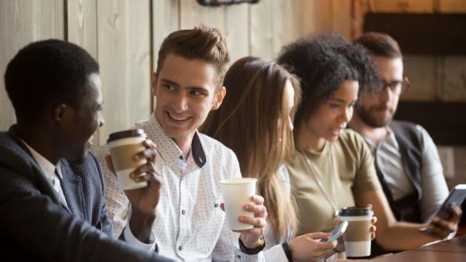 Verschiedene Menschen reden und lachen in einem Cafe