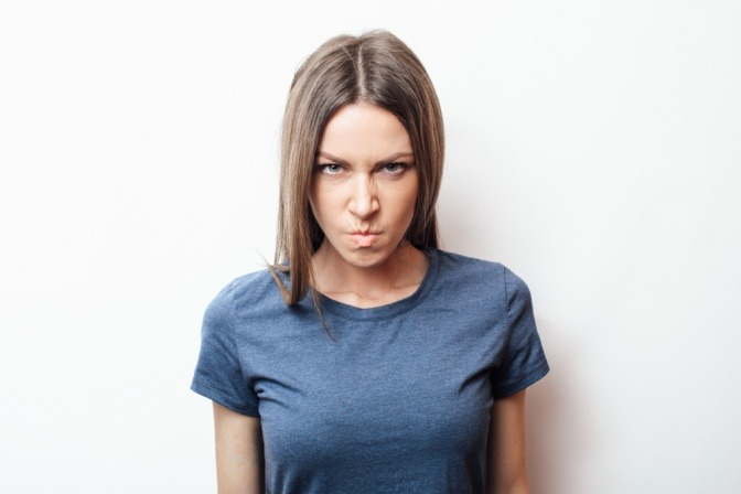 Frau mit schlechter Laune vor Periode