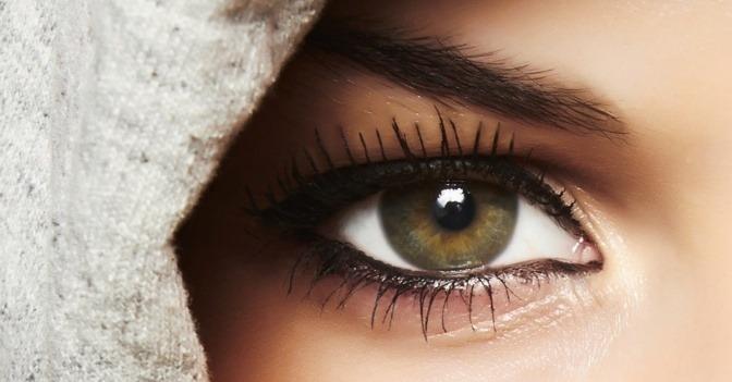 Eine Frau will ihre Schlupflider schminken