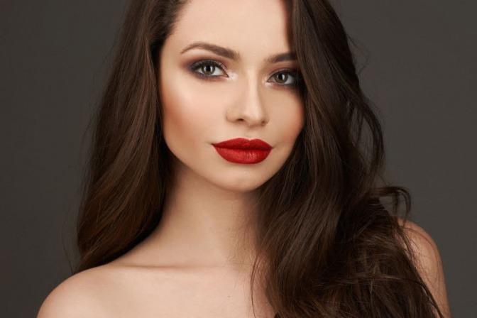 Frau mit dunklen Haaren und rotem Lippenstift