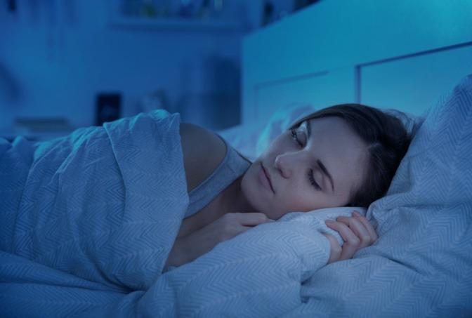 Frau wird schön im Schlaf durch Regeneration