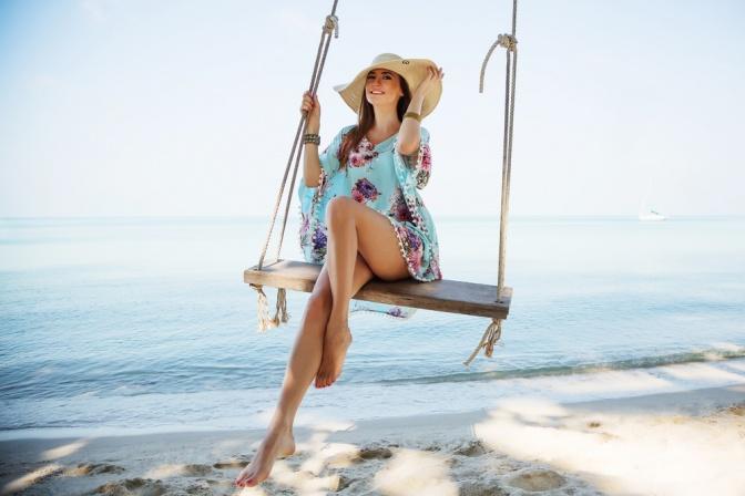 Frau mit schönen Beinen auf einer Schaukel
