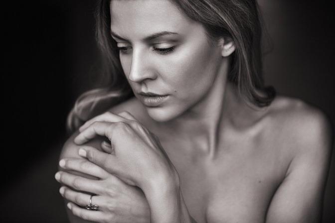 Eine Frau hat schöne Haut durch richtige Hautpflege