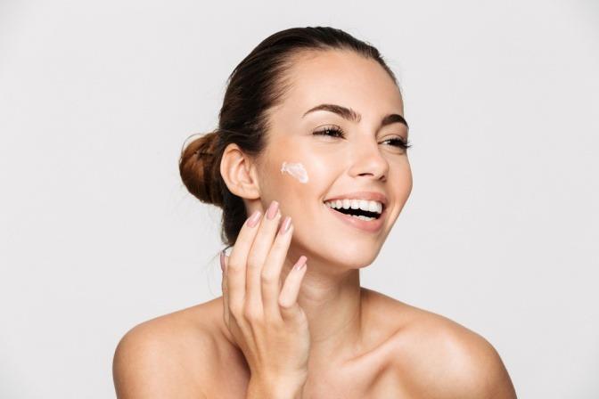 Frau pflegt Haut mit Kosmetik mit Silber