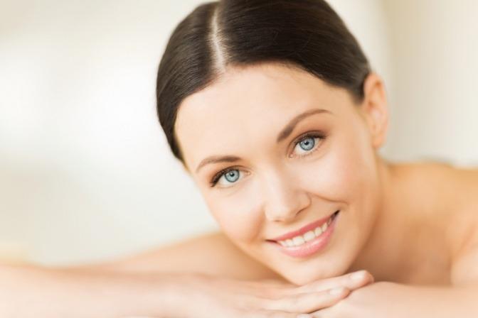 Frau mit schöner Haut durch TCM