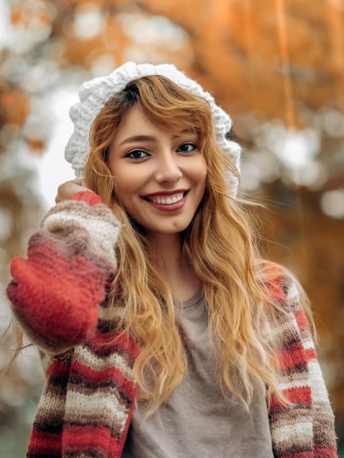 Eine Frau hat schöne Zähne