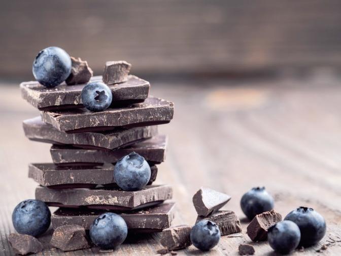 Schokolade aufgeschlichtet mit Heidelbeeren