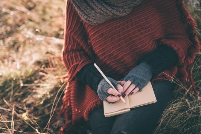 Eine Frau schreibt, um zu verzeihen
