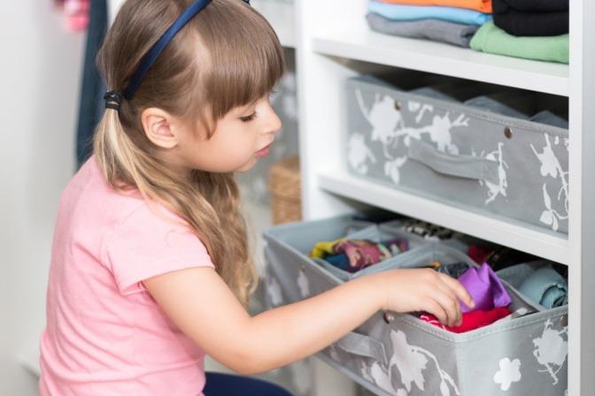 Ein Kind sucht eine Schublade