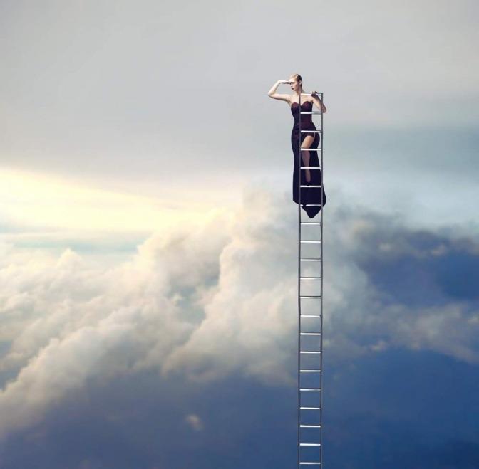 Eine Frau in einem schwarzen Abendkleid steht auf den letzten Sprossen einer Leiter, welche durch die Wolkendecke ragt.