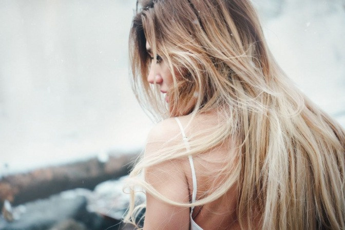 Frau mit langem Haar und Schuppen