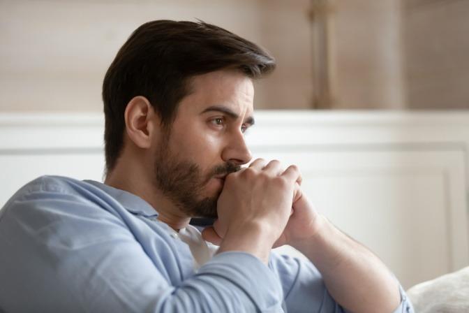 Ein Mann sitzt schweigend nach einem Streit
