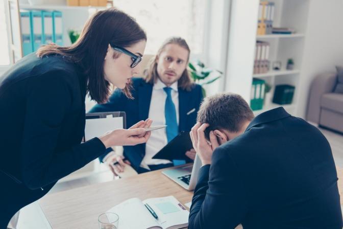 Eine junge Frau streitet mit einem Mann auf der Arbeit