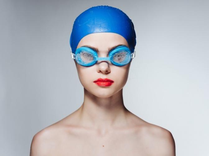 Frau mit Schwimmbrille und Badehaube