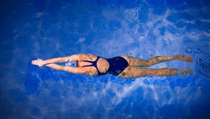Eine Frau schwimmt und dürfte kein Problem mit Arthrose haben