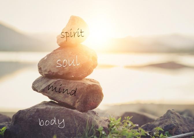 Als Zeichen für Seele sind Steine mit Body, Mind, Soul beschrieben