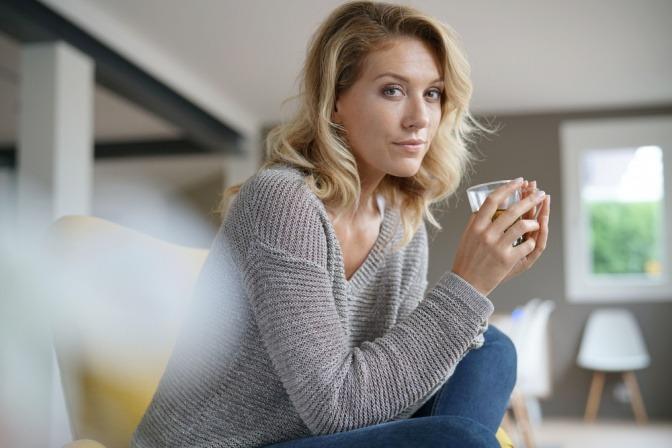 Eine Frau in den Wechseljahren sieht selbstbewusst aus