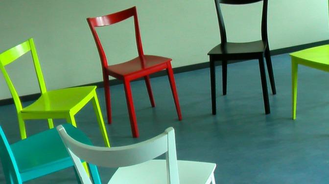 Stühe bilden einen Sesselkreis